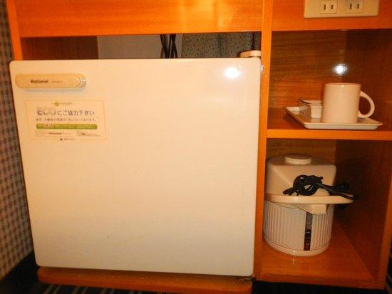 APA Hotel Kyoto Eki Horikawadori: fridge, water boiler, glass cup