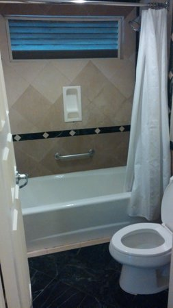 Sandals Royal Bahamian Spa Resort & Offshore Island : Outdated bathroom