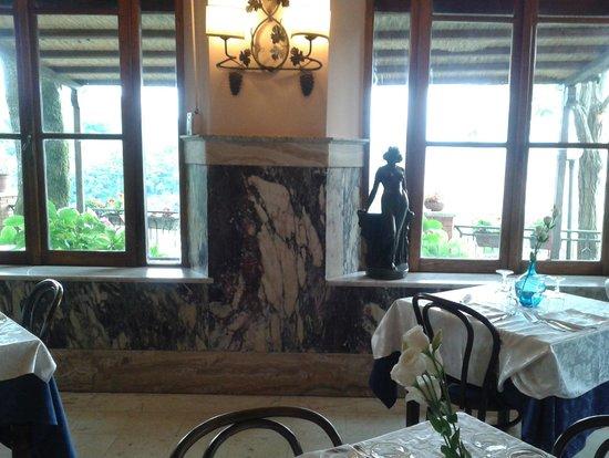 Ristorante Belvedere : finestroni della sala con vista sulla vallata