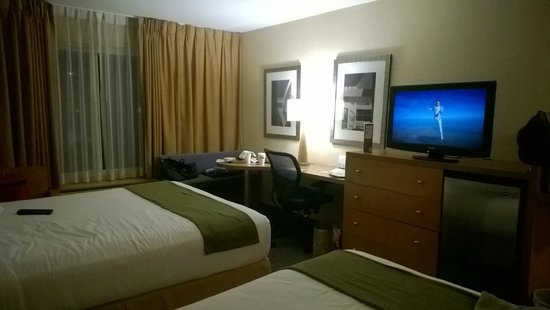 Holiday Inn Express West Los Angeles : Quarto com TV, ar-condicionado, frigobar e mesa