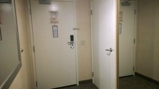 Holiday Inn Express West Los Angeles: Ao lado da porta do banheiro, armário com espelho na porta