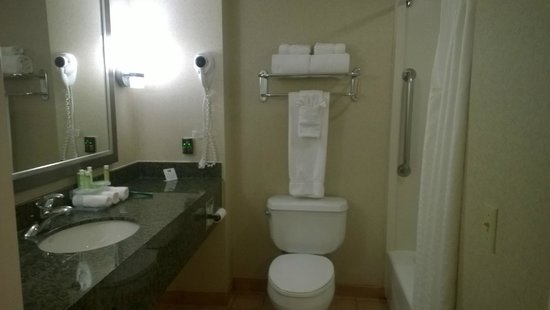 Holiday Inn Express West Los Angeles: Banheiro com secador de cabelos, banheira, toalhas e artigos de toillete