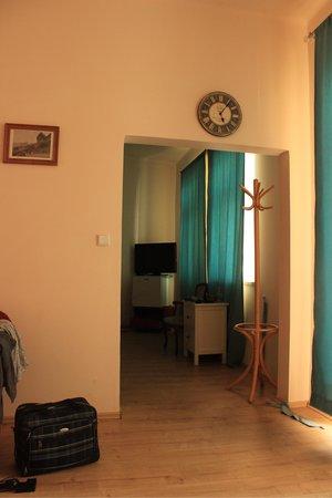 Euro Wings Hotel: Doorway to bedroom