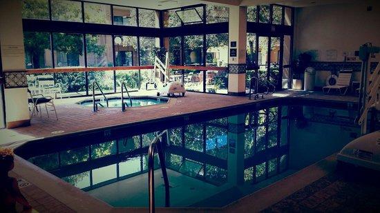Courtyard San Francisco Airport: La piscine rénovée et le jacuzzi.