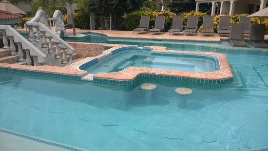 Belizean Shores Resort: Piscinas