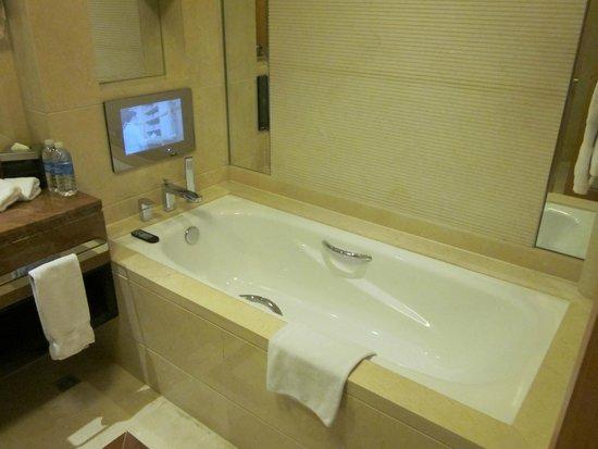 Wyndham Bund East Shanghai: Bañera con television