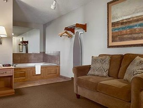Super 8 Sioux Falls/41st Street: Whirlpool Suite