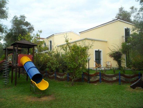 SENTIDO Apollo Palace: notre terrasse de la chambre était en face du parc enfant