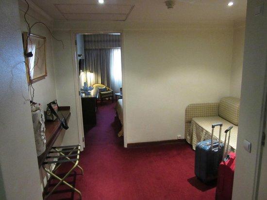 VIP Executive Diplomático Hotel : anticamera con divano e zone d'appoggio