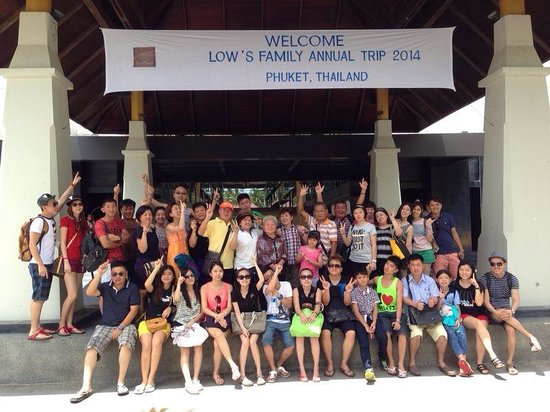 Banthai Beach Resort & Spa: Family group with banner.