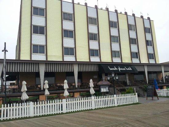 Beach Plaza Hotel : View of hotel from boardwalk