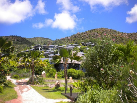 Raffles Seychelles: vue de l'hotel depuis la plage