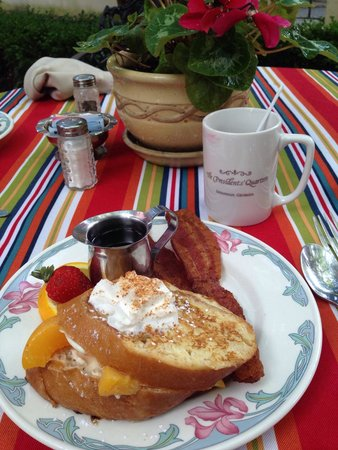 Presidents' Quarters Inn: Delicious peaches and cream French toast!
