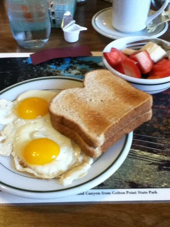 Colton Point Motel: Breakfast of eggs , toast and fresh fruit.
