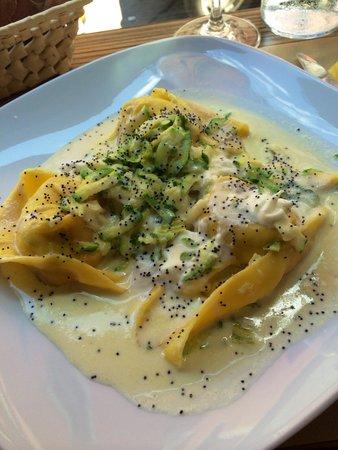 Zeb : Ricotta cheese ravioli with zucchini flowers and light cheese sauce