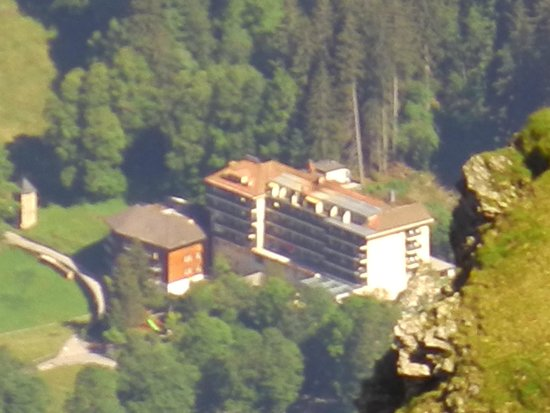 Beausite Park Hotel: view of hotel from near summit of Lauberhorn