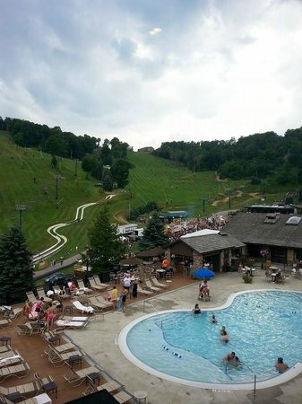Seven Springs Mountain Resort: View of slope and pool area