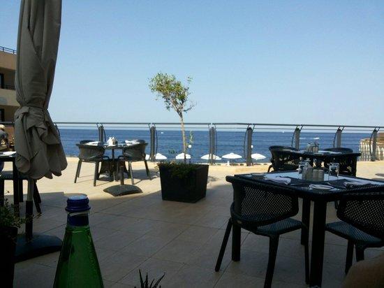 """Radisson Blu Resort, Malta St Julian's: Il """"Bistrot"""" è una meravigliosa terrazza sul Mediterraneo e dalle 15:00 è anke ombreggiato e spe"""