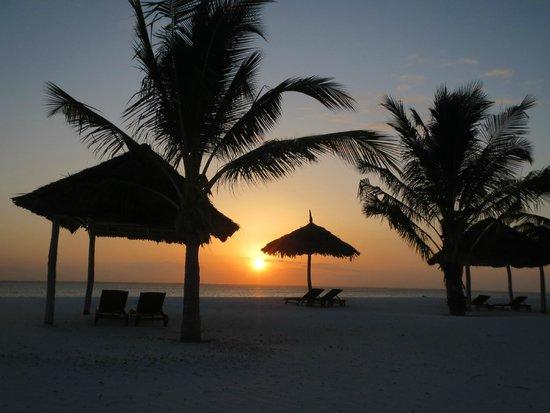 KonoKono Beach Resort: tramonto da spiaggia hotel