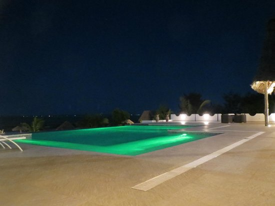 KonoKono Beach Resort: piscina cena
