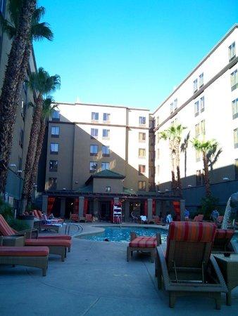 Hampton Inn Tropicana: Vue de l'hotel depuis la piscine