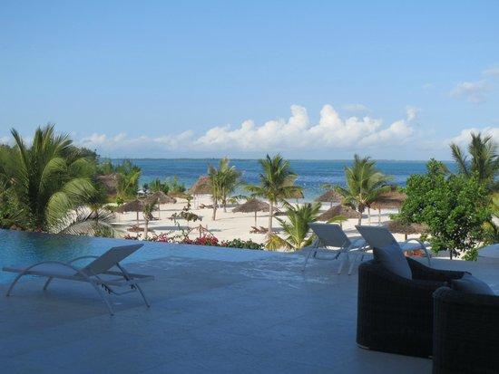 KonoKono Beach Resort: piscina spiaggia