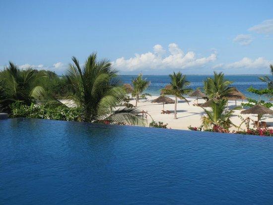 KonoKono Beach Resort: piscina spiaggia da sala colazione