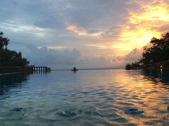 Veranda Natural Resort: Pool at sunset