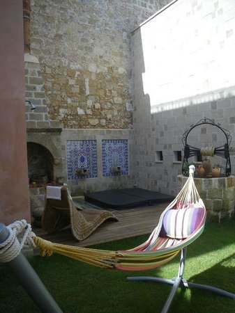 In Camera Art Boutique Hotel : the courtyard - jacuzzi in the background