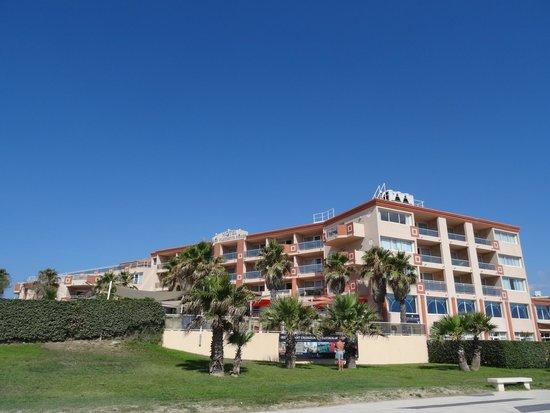 Le Grand Hotel les Flamants Roses : façade côté mer