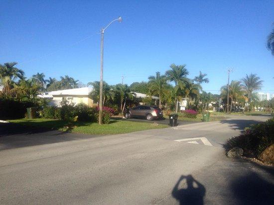 Casitas Coral Ridge: Vista da rua em frente ao hotel
