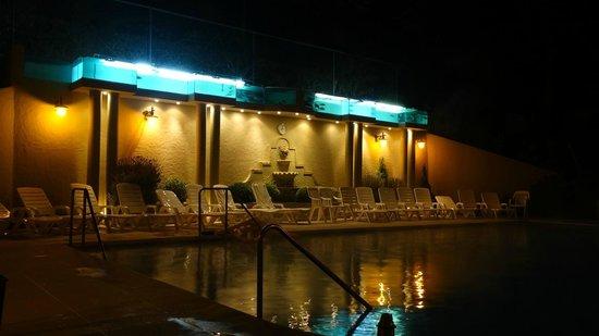 Termas de Reyes: La piscine le soir (bassins en vert/bleu pour les truites ...)