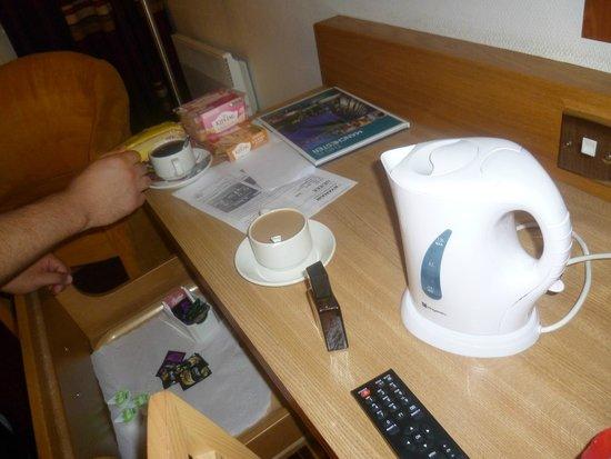 Clayton Hotel Manchester Airport: Chá, café a nossa disposição