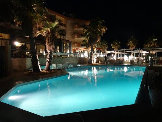 Grand Hotel des Flamants Roses: piscine extérieure