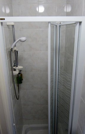 Chy-An-Albany: Small Shower Room