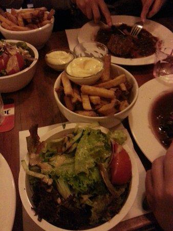 Kop van Jut : Insalata e patatine d'accompagnamento