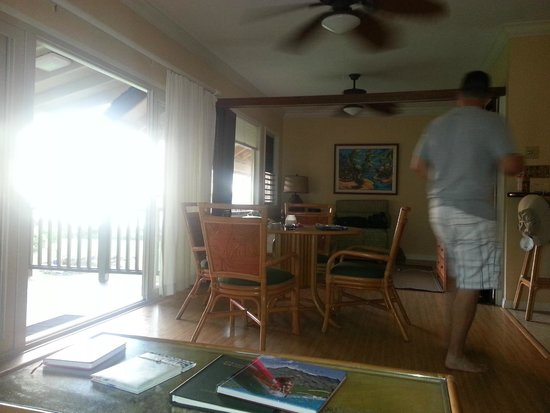 Hanalei Colony Resort: Dining area and view into second room
