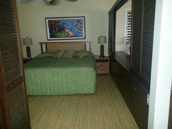 Hanalei Colony Resort: Master bedroom.  Close the louvres for privacy or keep them open for views out