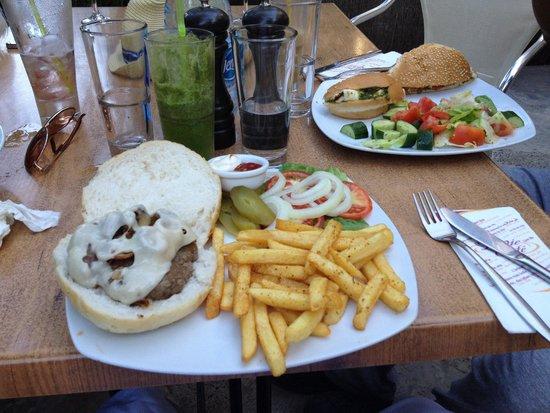 Cafe La Vie: Great burger