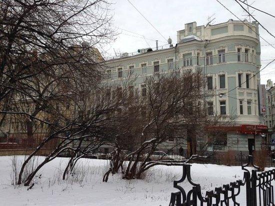 City Loft Rooms: Em frente ao Hostel