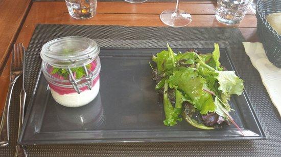 La Paillote Lagon : Verrine de chèvre frais avec coulis de betterave et sa salade