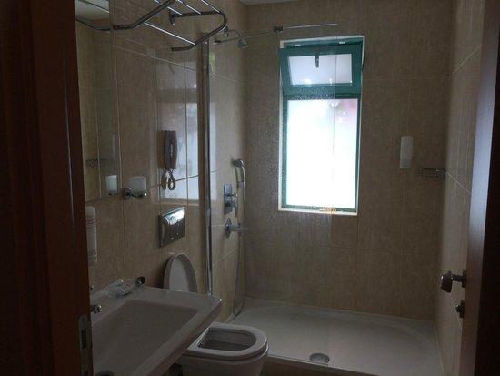 Sunhill Hotel : our bathroom