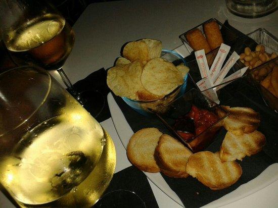 Eighteen Hours : Calici di vino bianco con stuzzichini