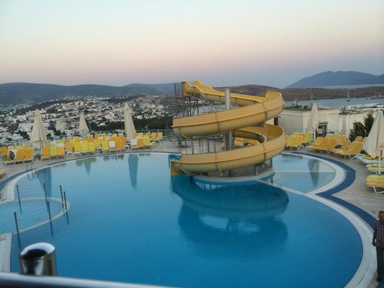 Sunhill Hotel: view of the pool from the bar