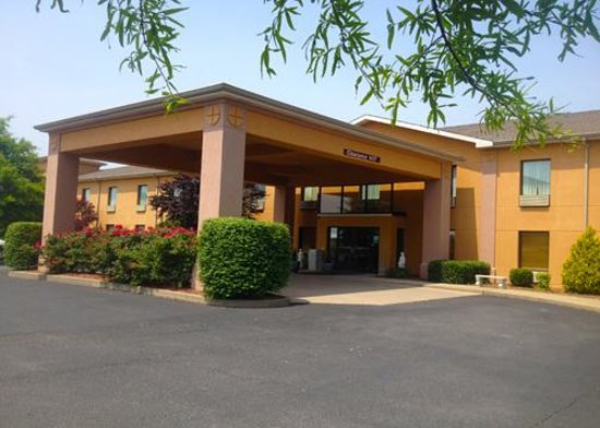 Quality Inn and Suites Benton – Draffenville: Front Entrance