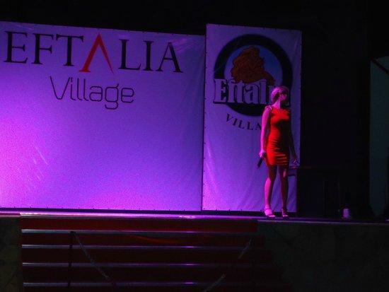 Eftalia Holiday Village: Сцена, поет Аида