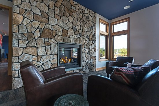 Snug Harbor Resort & Marina: Fireplace and cozy couches in our Event Room