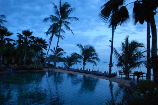 Anantara Bophut Koh Samui Resort: Pool at sunrise
