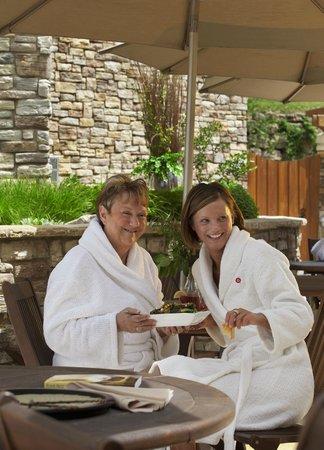Sundara Inn and Spa: Poolside dining