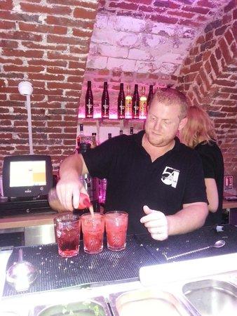 Studio 54 Cocktails & Pintxos Bar: Préparation des cocktails